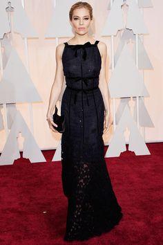 Oscars 2015: Sienna Miller, con un modelo de Oscar de la Renta.