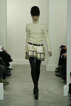 ECRU SWEATER AND RADZIMIR SKIRT, NICOLAS GHESQUIÈRE WINTER 2006/2007。 Balenciaga