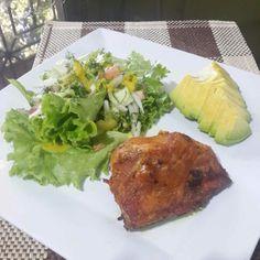 A veces queremos ese delicioso crocantico del pollo. Hoy fue para mi uno de esos días.  Maravilloso pollo al horno con aguacate y mucha ensalada, con aderezo de mango.  Que delicia! Un almuerzo delicioso y preparado de forma saludable #DatosFit #IdeasFit