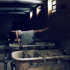 Sarah Ann Loreth    #photography #tricks #illusions #levitation