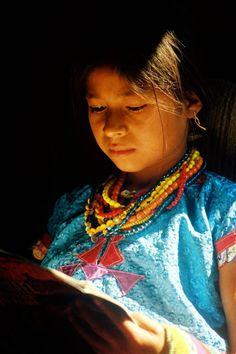 Niña de San Andrés Sajcabajá, Quiché. Foto por Osorious Oso l Sólo lo mejor de Guatemala
