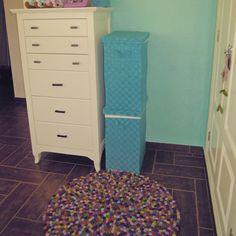 Schönes Design für das Kinderzimmer.  Alle Zimmer können mit diesem Alisha FilzKugelTeppich dekoriert werden! Bestellung: http://www.sukhi.de/rund-alisha-filzkugelteppiche.html