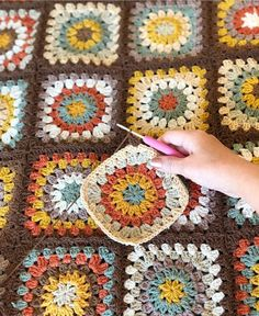 Photo by Damla Akduman on June Fotoğraf açıklaması yok. Crochet Afgans, Crochet Quilt, Crochet Motif, Crochet Designs, Crochet Stitches, Granny Square Crochet Pattern, Crochet Squares, Crochet Blanket Patterns, Baby Blanket Crochet