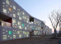 *다양한 오프닝이 주는 공간적 즐거움, 가정시 유치원 입면 [ Atelier Deshaus ] Kindergarten In Jiading New Town