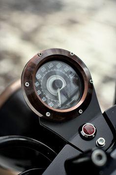 Questa è la moto di Fabio Bellio ,lui è gia proprietario di un altro bicilindrico inglese ma si è voluto anche lui votare alle moto b...
