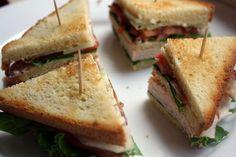 Clubsandwiches zijn altijd goed; je vindt ze dan ook op menig lunchkaart. Deze variant met kip en komkommer is iets gezonder dan de standaard Club. Hak de peterselie en meng voor de saus de aangegeven ingrediënten met elkaar en breng op smaak met zout en peper. Toast het brood goudbruin en snijd er de korstjes […]