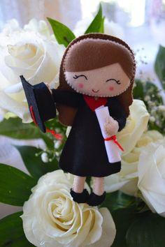 Felt a graduate teacher in a bouquet - Rukodelion Felt Doll Patterns, Felt Crafts Patterns, Felt Ornaments, Christmas Ornaments, Felt Wreath, Craft Club, Ideas Para Fiestas, Felt Toys, Felt Flowers