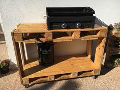 Un meuble à roulette en palettes pour poser la plancha et la bonbonne de gaz. Il y a même des étagères dessous et de la place pour les assiettes. J'adore!