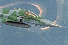 O caça supersônico F-5 pode ser empregado na interceptação de aeronaves de alta performance (FAB)
