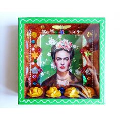 Boîte vitrine rendant hommage à Frida Kahlo, dans un style délicieusement kitsch. Vitrine à accrocher au mur. Au centre, Moi et mes Perroquets.