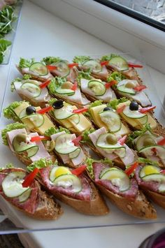 Szybkie dania obiadowe i kolacje czyli co na obiad?: Catering w Łodzi na party … Quick lunch dishes and dinners, so what's for dinner ?: Catering in Lodz for a party – FrykasyAnanasy. Finger Food Appetizers, Appetizers For Party, Party Snacks, Finger Foods, Appetizer Recipes, Party Fingerfood, Catering, Party Food Platters, Food Garnishes
