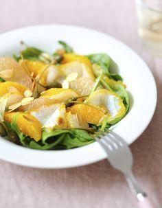 Recette Salade de haddock, pamplemousse : 1. Pelez les agrumes à vif et séparez-en les suprêmes en passant un couteau entre les membranes blanches ; réserve...