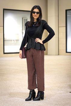 Look da Alice Ferraz com calça estampada, camisa e blazer de seda preto