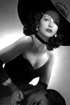 Hedy Lamarr, la inventora que fue estrella en Hollywood. Eugenia Tusquets y Susana Frouchtmann | Mujeres · El País, 2015-12-03 http://blogs.elpais.com/mujeres/2015/12/hedy-lamarr-la-inventora-que-fue-estrella-en-hollywood.html
