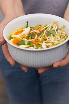 Achter dat 'veel' zou liefde moeten staan. Alles aan deze soep schreeuwt liefde. Echt. Soep om je ziel aan op te warmen. Heel goede herinneringen heb ik aan soto. Zo wordt deze soep genoemd. Mijn oma maakte deze Healthy Recepies, Quick Healthy Meals, Healthy Soup, Healthy Cooking, Diner Recipes, Asian Recipes, Soup Recipes, Chicken Recipes, Cooking Recipes
