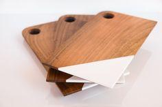 Donnez à votre saucisson le luxe de se faire découper sur une belle planche en bois brut au coin blanc discret. #planche #découper #chopping #board #cuisine #kitchen #furniture #meuble #mobilier #décoration #intérieure #interior #design #handmade #handcraft #artisanal #bois #wood