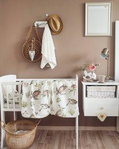 Kołyska - mini-łóżeczko to niezwykle stylowe miejsce snu dziecka w pokoju rodziców przez pierwsze miesiące jego życia. Niewielkie rozmiary pozwalają zmieścić kołyskę nawet w niedużej sypialni lub dostawić do łóżka rodziców, dzięki czemu dziecko łatwiej zasypia. Dzięki swej stabilnej konstrukcji jest bardzo bezpieczna. Zdjęcie by #LenaFrydrych Cribs, Organization, Classic, Home Decor, Cots, Getting Organized, Derby, Organisation, Decoration Home