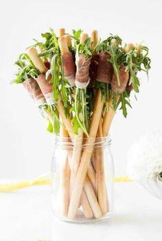 Tolles Party Fingerfood Rezept: Käsestengel mit Rucola und Parma Schinken. Noch mehr tolle Rezepte gibt es auf www.Spaaz.de