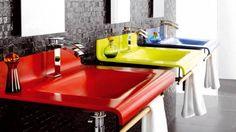 Salle de bains rouge jaune bleu