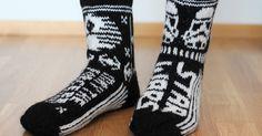 Tein miehelleni lahjaksi Star wars- villasukat, koska Star Warsit on miehen lempileffoja, ja koska muistan joskus näyttäneeni pinterestistä... Clothing Patterns, Star Wars, Socks, Knitting, Diy, Inspiration, Clothes, Fashion, Weaving Patterns