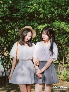 Have you ever thought of Korean fashion or dressing like a Korean celebrity you saw on TV? Or you admire Korean style but you do not know where to start? Korean Fashion Trends, Korea Fashion, Japan Fashion, Daily Fashion, Girl Fashion, Fashion Outfits, Fashion Design, Friends Fashion, Fashion Sets