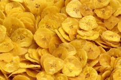 Los chips de plátano son un delicioso tentempié que puedes tomar a cualquier hora. El plátano además de ser rico en minerales como el potasio, es rico en