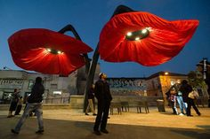 這個大紅花朵路燈平常總是低垂著花瓣,但只要路人走到它下方就會整個看呆! - boMb01