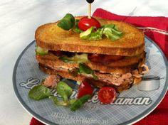 Deze Club sandwich wordt belegd met verse zalm die is overgoten met een hete zoet-zure dressing. Serieus, je hebt nog nooit zoiets lekkers geproefd!