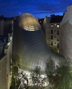 o Piano Building Workshop tarafından tasarlanan Pathe Foundation binası, 19. yüzyılda inşa edilmiş, daha sonra sinemaya dönüştürülen bir tiyatro bloğunun ortasında yer alıyor. Fransız sinema endüstrisi Jérôme Seydoux-Pathé vakfı için tasarlanan bina, bir ofis alanı, Pathe'nin arşivlerinin sergilenmesi için mekanlar aynı zamanda 70 kişilik küçük bir sinema salonu yaratıyor.