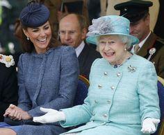 Cutest picture I've seen of Queen Elizabeth II Catherine, Duchess of Cambridge. Love this picture for Queen Elizabeth II and Duchess Kate. Looks Kate Middleton, Kate Middleton Pictures, Estilo Kate Middleton, Pippa Middleton, Die Queen, Queen Kate, Queen Elizabeth Ii, Queen Elizabeth Laughing, Prince William Et Kate