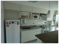 Cozinha simples armário branco e escorredor espelhado