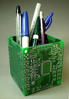 computer parts pen holder. nice gift for the computer geek in your life Pencil Boxes, Pencil Holder, Pen Holders, Recycled Art, Repurposed, Alter Computer, Computer Diy, Gifts For Computer Geeks, Do It Yourself Videos
