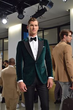image Best Picture For Blazer Outfit beige For Your Taste You are looking for something, and it is going to tell you exactly what you are looking for, and you didn't find that picture. Velvet Jacket Men, Green Velvet Jacket, Velvet Dinner Jacket, Green Suit Men, Green Suit Jacket, Green Wedding Suit, Wedding Suits, Groom Tuxedo Wedding, Green Tuxedo