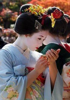Geisha ~ a compact comes in handy