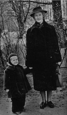 Magda Bormeister koos pojaga Vabaduse väljak 6 maja ees.1954 aasta.