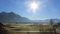 So schaut´s aktuell aus. Der Blick über unseren #Golfplatz in Richtung #Hotel und die Chiemgauer #Berge :-) Genießt den sonnigen Tag! Herzliche Grüße aus #Grassau von den Golfresortlern. #Chiemgau #GolfResortAchental #Chiemseehotel #Sonne #Alpen #Bergblick