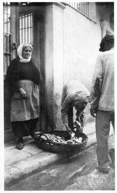 Ψαράς σε γειτονιά της αθηνας δεκαετία 1920-1930 φωτό:Dorothy Burr Thompson