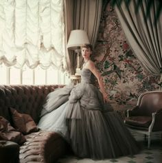 Have you seen the glorious new book of Dior Couture as photographed by Mark Shaw! Dior Glamour: looks spectacular! Dior Vintage, Vintage Mode, Vintage Gowns, Vintage Couture, Vintage Glamour, Vintage Evening Dresses, Vintage Clothing, 50s Glamour, Glamour Shots