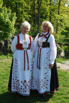 Sisters in Åmli bunad These ladies bear very close resemblance to our southern Norway gene pool. Norway People, Norway Culture, European Costumes, Going Out Of Business, Ethnic Dress, Folk Costume, People Of The World, Traditional Outfits, Vintage Photos