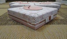 Caixas Casamento - Caixas para Damas(0002BJ), com saquinhos para Guloseimas e Mini-terço em Fuxicos(0132LB) - Patricia & Hugo - Tudo em Caixas