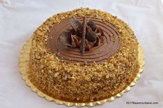 Tort grilias cu ciocolata si nuci caramelizate (krantz, crant). Blaturi pufoase, creme delicioase, grilias crocant, bucatele de nuci si zahar caramelizat Delicious Desserts, Yummy Food, Sweets Recipes, Something Sweet, Caramel Apples, Nutella, Birthday Candles, Cheesecake, Food And Drink