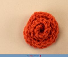 This crochet rose video will show you how easy it is to work up a simple rosebud. Crochet Flower Tutorial, Crochet Flower Patterns, Crochet Flowers, All Free Crochet, Learn To Crochet, Double Crochet, Rose Video, Simple Rose, Crochet Humor
