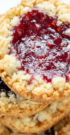 These delicious Oatmeal Jammys are gems! Crisp, tender, buttery shortbread oatmeal cookies filled with jam with a sprinkle of streusel around the edges Delicious Cookie Recipes, Dessert Recipes, Yummy Food, Jam Cookies, Yummy Cookies, Sour Cherry Jam, Mini Tart Pans, Almond Tea, Big Cookie