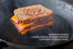 Grillowana kanapka z szynką, kiszonym ogórkiem i piklowaną czerwoną cebulą