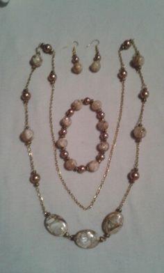 Concha triturada y perlas beige