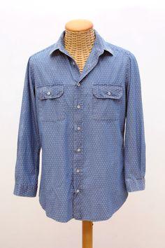 camicia in tessuto DENIM, nella colorazione ottenuta dal processo di smeriglio più incisivo.