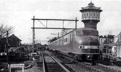 trein en watertoren uit het verleden.