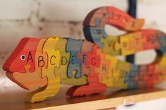 Quebra cabeça educativo, 26 peças (A a Z), em madeira. <br>Desenvolve o aprendizado e o raciocínio da criança. <br>Pintados com tinta atóxica, a base d'água.