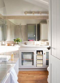 Baño con lavamanos doble en tonos grises