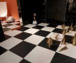 Baño con suelo damero  y decoración dorado